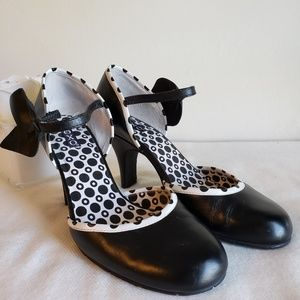 XOXO Rounded toe heels w/bow accent and Retro look